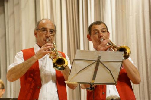 """Verliebte Trompeten: Beat Erni (links) und Markus Bieri als Solistentrompeter im Stück """"Verliebte Trompeten""""."""